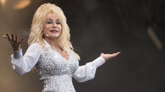 Dolly Parton recebeu cerca de 10 milhões de euros em direitos de autor com a canção e utilizou-os com um caráter filantropo