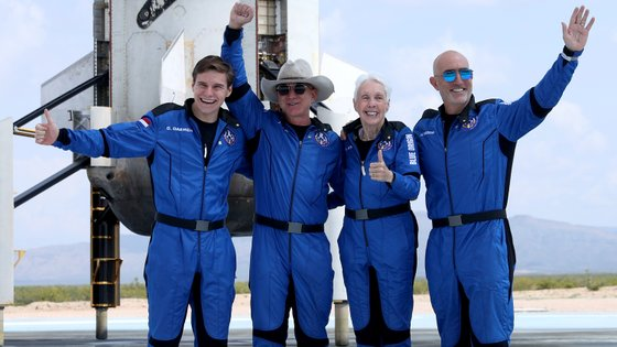 A tripulação do Blue Origin: Jeff Bezos, Oliver Daemen, Wally Funk e Mark Bezos