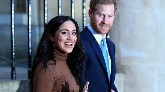 O príncipe Harry casou com a atriz Meghan e ambos decidiram deixar a família real para viver nos Estados Unidos