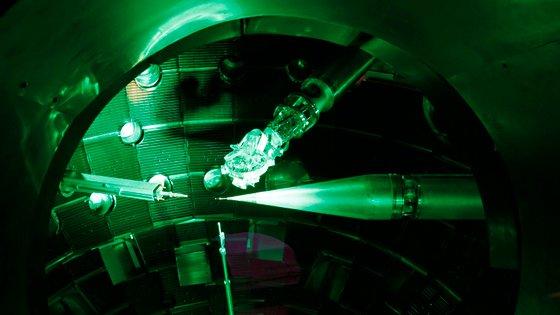 A pequena esfera do tamanho de um chumbo de caça está dentro de uma cápsula de ouro do tamanho de uma borracha de lápis, colocada dentro desta câmara para ser atingida por 192 raios laser