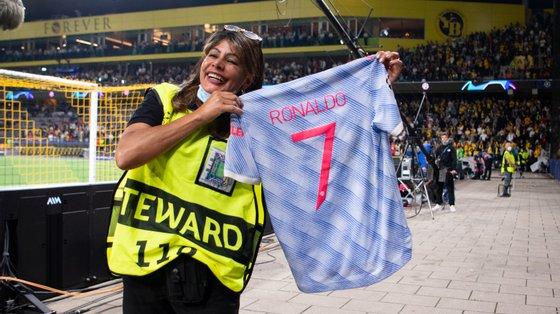 """Steward exibiu com orgulho no final do encontro a camisola oferecida por Ronaldo após o """"acidente"""" durante o aquecimento"""