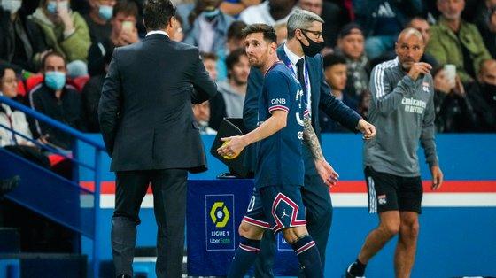 Lionel Messi estava a ser um dos mais ativos, acertou no poste em dia de estreia mas acabou substituído com o jogo empatado