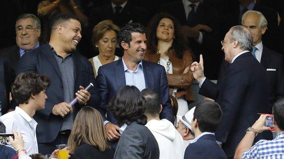 Florentino Pérez à conversa com Figo e  brasileiro Ronaldo, antigos atletas do Real Madrid
