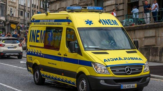 No local estiveram 11 operacionais dos Bombeiros do Bombarral e da GNR, apoiados por quatro viaturas e aViatura Médica de Emergência eReanimação (VMER) do Hospital das Caldas da Rainha