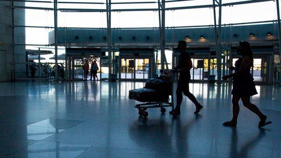 Também no aeroporto de Lisboa foi recusada a entrada a dois passageiros, por não comprovarem o objetivo e condições da estada, e detetados outros seis cidadãos sob os quais pendiam medidas cautelares, um deles com mandado de captura e detenção