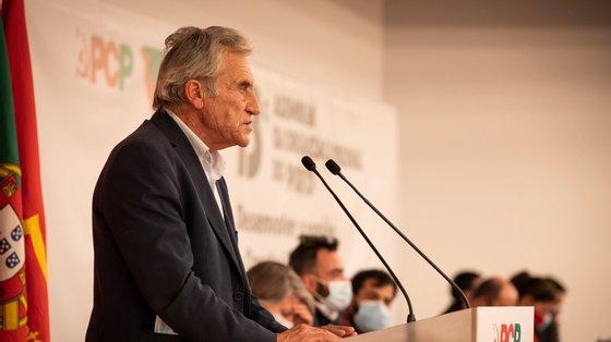 O dia de campanha para as autárquicas de Jerónimo de Sousa acabou em Alpiarça, município do distrito de Santarém que voltou a ser presidido pela CDU em 2009