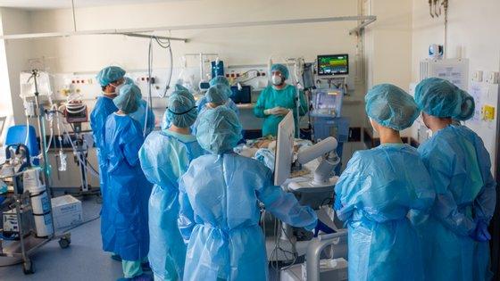 Em Portugal, graças à vacinação, houve uma redução de 85% no número de hospitalizações na população com 80 ou mais anos