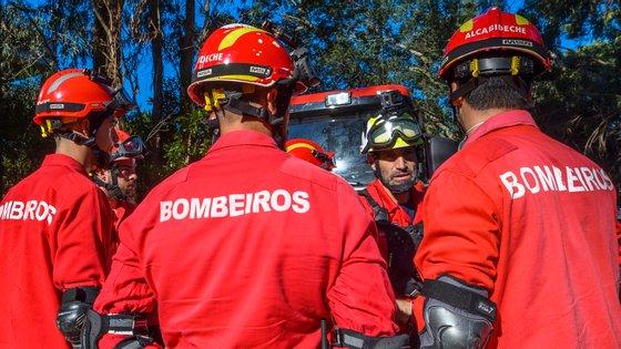O acidente ocorreu por volta das 18h00 de quinta-feira quando a equipa de bombeiros da corporação de Vinhais se dirigia para um incêndio rural
