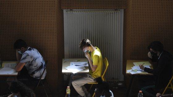 Só têm de ser feitos os exames necessários para candidatura ao ensino superior, provas que variam consoante o curso escolhido