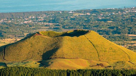 O arquipélago dos Açores tem 26 sistemas vulcânicos ativos, oito dos quais submarinos, espalhados por oito das nove ilhas do arquipélago