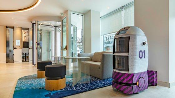 É o primeiro hotel da cadeia britânica Yotel na Península Ibérica e usa a tecnologia para tornar o a experiência do hóspede mais autónoma