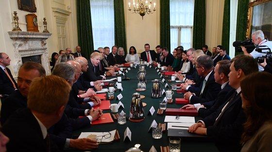 A primeira reunião do governo britânico, remodelado esta semana, juntou mais de 30 pessoas numa sala com as janelas fechadas