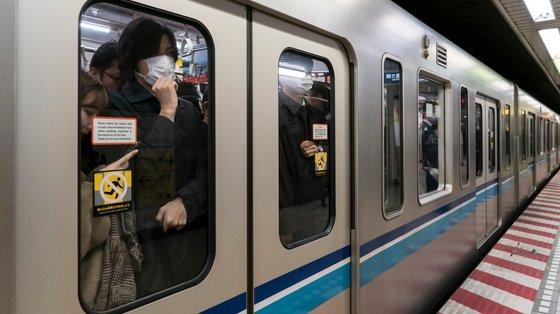 Metro em Tóquio em plena pandemia de Covid-19. Os passageiros japoneses são bastante organizados nas entradas e saídas das carruagens