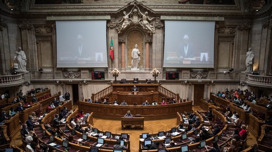O voto teve como primeiros subscritores o antigo ministro e atual presidente da Comissão de Assuntos Europeus, Luís Capoulas Santos, e a presidente do Grupo Parlamentar do PS, Ana Catarina Mendes