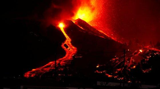 Este tipo de erupções tem uma fonte de lava e escorrências ao longo do cone vulcânico