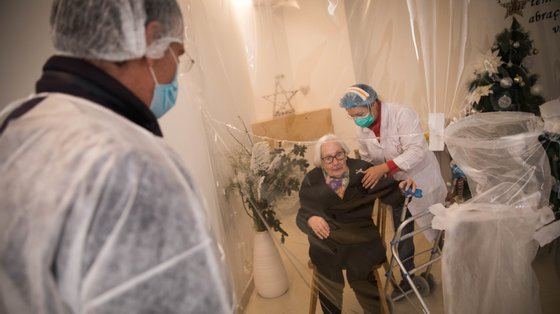 Os anticorpos nos idosos mantém-se menos tempo do que nas pessoas mais novas
