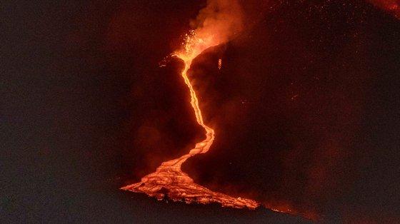 O cone do vulcão Cumbre Vieja colapsou parcialmente e abriu-se uma nova boca por onde sai lava