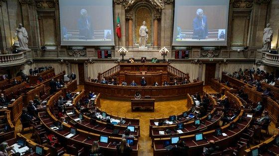 O projeto de lei da IL mereceu os votos contra do PS, PCP e PEV, a abstenção de PSD, BE, CDS-PP e da deputada não inscrita Joacine Katar Moreira, e os votos favoráveis do PAN, Chega e do proponente