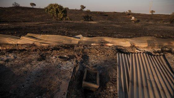 No local, que ardeu totalmente, já só se encontram as chapas de zinco e as redes que serviriam para separar os animais