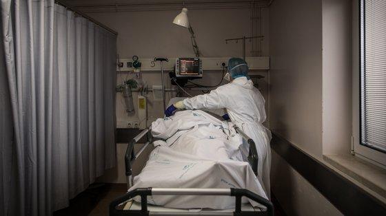 Desde o início do mês, Portugal passou a ter mais 370 pessoas em hospitais e mais 80 em unidades de cuidados intensivos