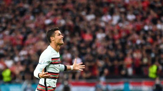Ronaldo começou com o movimento quando retirou duas garrafas de Coca-Cola do lugar