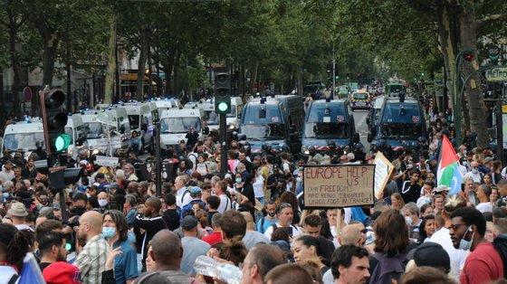 Em Paris, tem havido manifestações contra as restrições sanitárias desde há três semanas