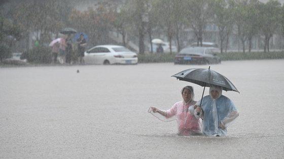 Trata-se das chuvas mais intensas dos últimos 60 anos, segundo as autoridades chinesas, que chamaram efetivos militares para explodir a barragem para evitar danos maior a montante