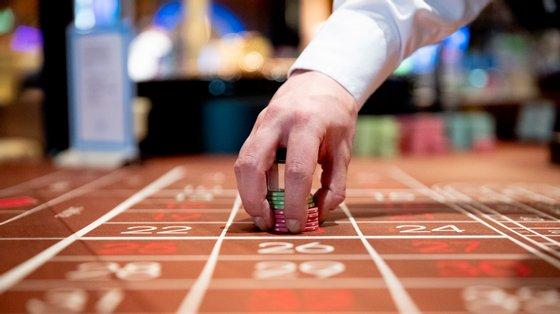 A polícia apreendeu 1.398 euros em dinheiro, um telemóvel, oito máquinas de jogo analógicas e respetivos cartazes de premiação, quatro máquinas de jogo eletrónicas e outro material relacionado com o crime