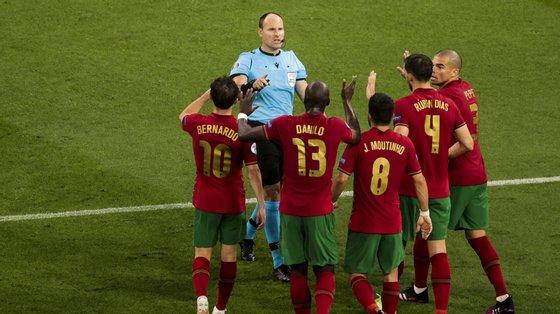 Jogadores portugueses criticaram o árbitro após este assinalar penálti a favor da equipa francesa