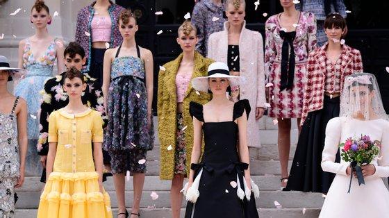 A Chanel foi uma das marcas francesas que, esta semana, apresentou a sua coleção de alta-costura num desfile com público