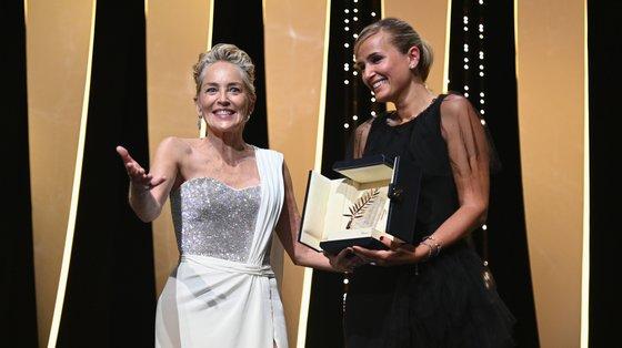 Sharon Stone entregou a Palma de Ouro à realizadora francesa Julia Ducournau