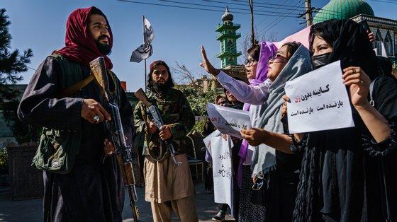 Desde que tomaram o poder as forças alibã têm reprimido os protestos das mulheres afegãs