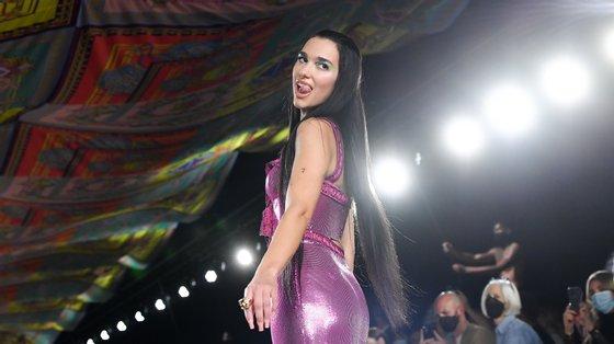 Dua Lipa abriu e fecho o desfile da Versace