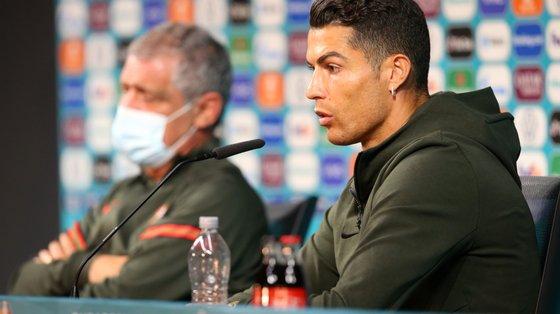 A conferência de imprensa em que Cristiano Ronaldo acabaria por retirar da mesa duas garrafas de Coca-Cola, sugerindo a quem o ouvia que optasse antes por água