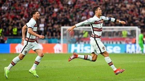 Ronaldo tornou-se o primeiro a jogar cinco fases finais do Europeu e marcou em todas elas, levando um total de 11 golos (até ao momento)