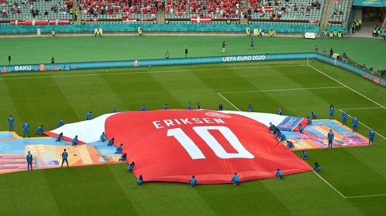 Homenagem a Christian Eriksen no jogo dos quartos de final entre Dinamarca e República Checa (2-1) em Baku
