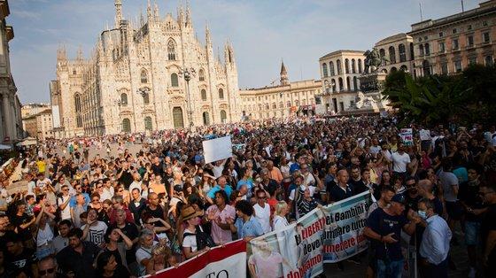 As manifestações alastram por todo o mundo e as ruas de cidades como Milão (na imagem) foram ocupadas este sábado por manifestantes