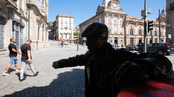 Câmara Municipal do Porto afirmou que a mão direita e o jornal da Estátua do Ardina serão reconstruídas após construção da Linha Rosa do Metro do Porto