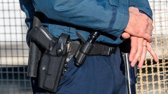 Ao suspeito foi também apreendido um par de algemas metálicas, uma chave de algemas, uma navalha e um carregador de pistola de calibre 7.65 milímetros