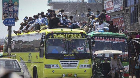 Muçulmanos paquistaneses num autocarro de passageiros em viagem para as cidades natais para celebrar o Eid al-Fitr, em maio