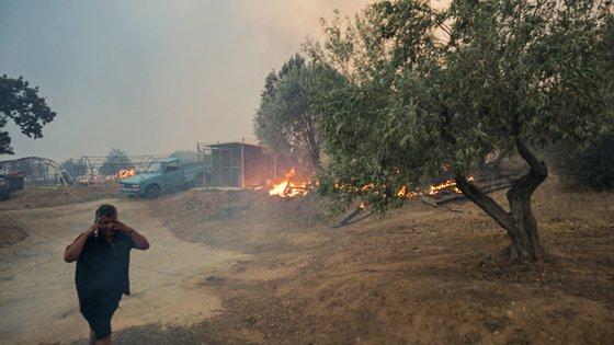 O incêndio começou pelas 13h (15h em Lisboa) desta terça-feira numa zona florestal em Ano Varibobi, no sopé do Monte Parnitha