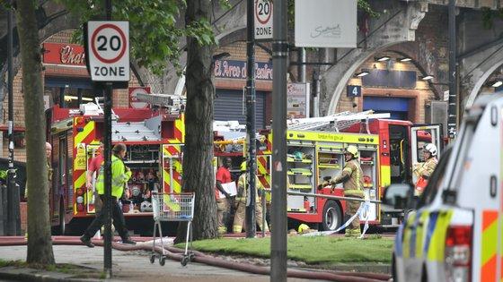 Dez veículos e cerca de 100 bombeiros estiveram no local