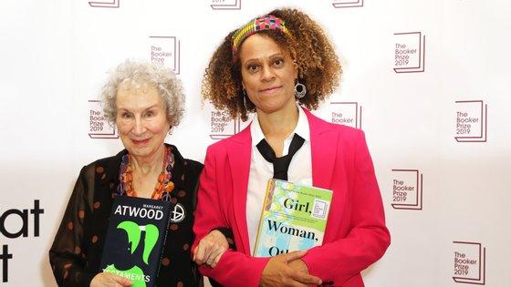 Margaret Atwood e Bernardine Evaristo, as últimas galardoadas a receberem presencialmente o prémio durante a habitual cerimónia em Londres. As escritoras venceram o Booker em 2019