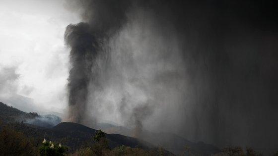 Os vulcões em erupção emitem gases poluentes e cinzas