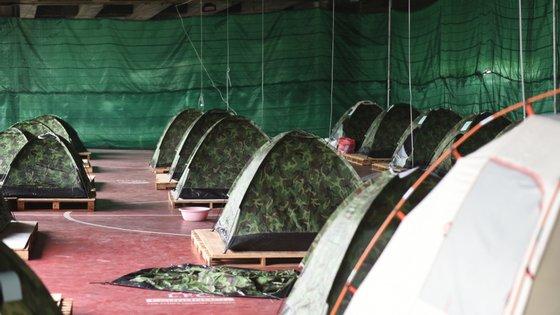 Alguns doentes aguardam em tendas por vagas nos hospitais