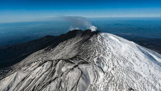 Esta erupção acontece numa altura em que um outro vulcão europeu, o Cumbre Vieja na ilha de La Palma, nas Canárias, está a causar preocupação