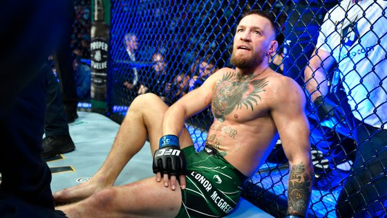 """O """"Notorious"""" não teve uma noite feliz, partindo a tíbia ainda no primeiro round do combate"""