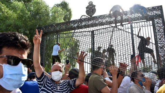 Apoiantes e oponentes manifestam-se em frente ao parlamento após a suspensão da Assembleia e a demissão do primeiro-ministro, a 26 de julho