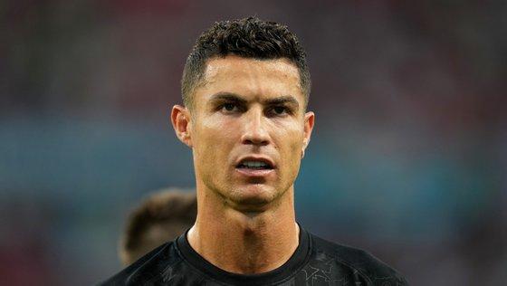 A agente abusou da confiança do internacional português e usou o cartão de crédito do jogador para defraudá-lo e à agência de viagens na qual trabalhava