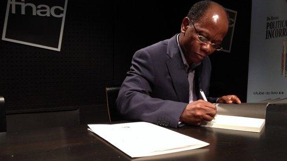 """Adriano Mixinge diz que o livro não é sobre Angola, mas mera """"ficção, numa perspetiva universal"""""""